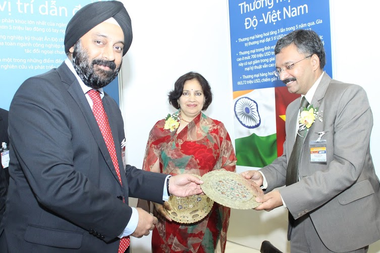 Mr Aman Chadha, Immediate-Past Chairman, EEPC India handing over the memento to Dr D Mittal, Consul General of India