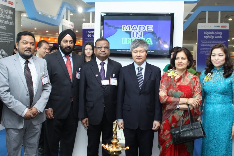 (L-R) Mr B Sarkar, ED & Secretary, Mr Aman Chadha, Immediate-Past Chairmanand Mr P K Shah, Former Chairman with HE Ambassador and Mr Vo Tan Thanh, General Director, VCCI