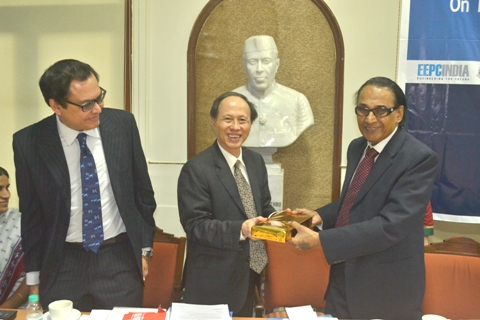 Mr. P. R. Venkatachalam presenting a Memento to Mr. Bui Van Thinh, Consul General of The Socialist Republic of Vietnam