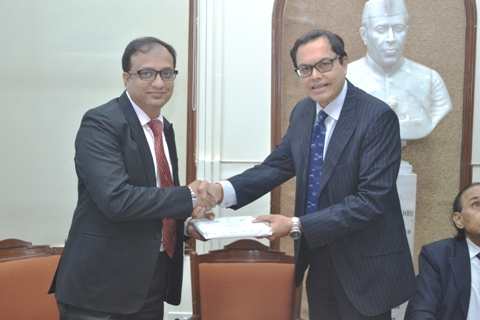 A Memento is being presented to Mr. Tushar Mathur, Citibusiness Counselor, Citibank –Mumbai by IMC