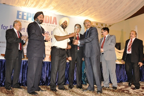 Mr Pargat Singh, MLA, Jalandhar presenting a trophy to one of the award winners