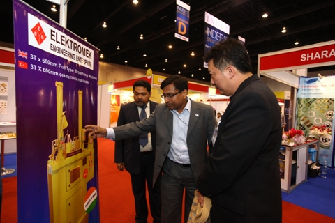 Dr Nattapon Nattasambon interacting with an exhibitor