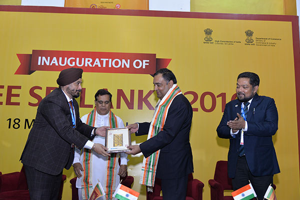 Mr. T. S. BHASIN, CHAIRMAN, EEPC India PRESENTING A MEMENTO TO THE GUEST OF HONOUR, MR. Y. K SINHA, INDIAN HIGH COMMISSIONER TO SRI LANKA