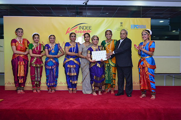 Mr. M K Desai, Regional Chairman (Southern Region) & Chairman-Committee on Trade with Africa, EEPC INDIA presenting a memento to the Indian Dance troupe