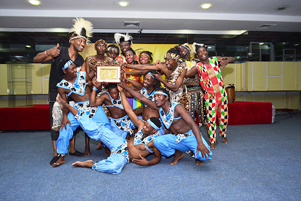 The dance troupe with the EEPC India presented memento of Dokra