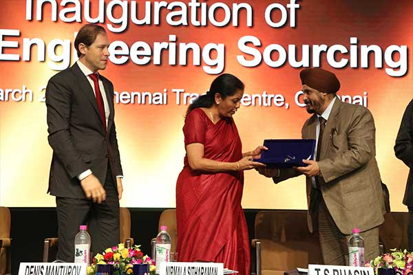 EEPC India Chairman Mr. T. S. Bhasin presenting a Memento to Ms. Nirmala Sitharaman, Minister of State (Independent Charge) for Commerce & Industry, Govt. of India