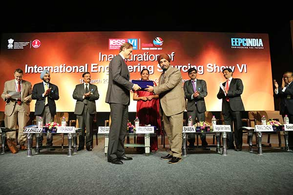 EEPC India Chairman Mr. T. S. Bhasin presenting a Memento to Mr. Denis Manturov, Minister of Industry and Trade of the Russian Federation