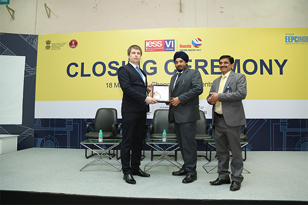 Mr. T. S. Bhasin, Chairman, EEPC India presenting the best Pavilion Award amongst Overseas Exhibitors to Russian Pavilion at International Engineering Sourcing Show (IESS) VI