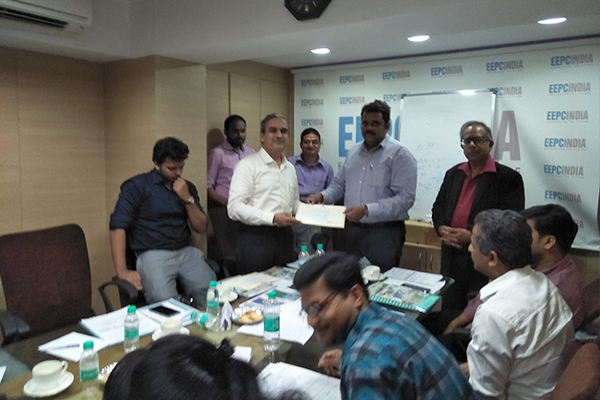 Mr. Rajat Srivastava, Regional Director, EEPC India, Mumbai distributing Participation Certificates