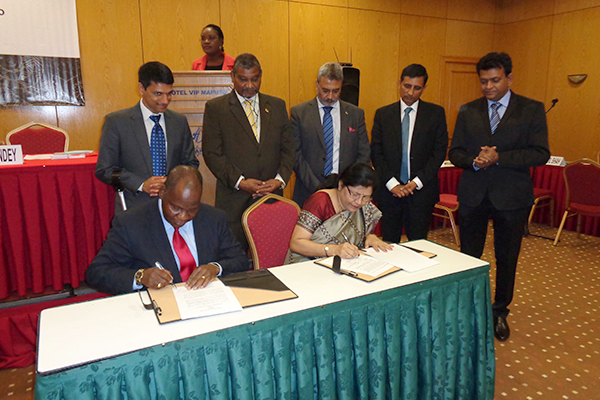 Signing of MOU between EEPC India and The Mozambique Chamber of Commerce, represented by Mrs Anima Pandey, Regional Director (ER), EEPC India and Mr Juliao Dimande, President, The Mozambique Chamber of Commerce.