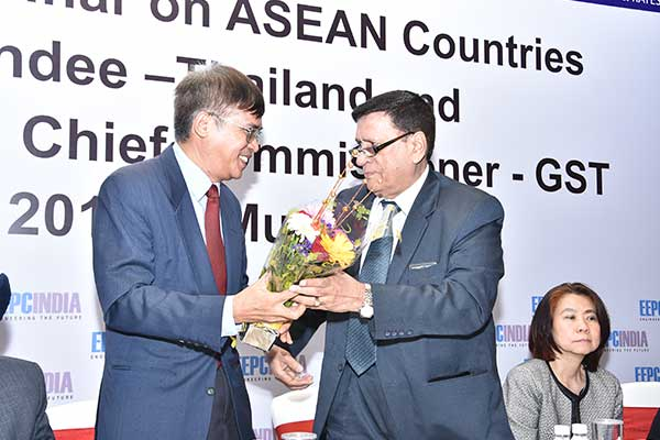 Mr. K. L. Dhingra, Regional Chairman (W.R.), EEPC India presenting a bouquet to Mr. Tran Xuan Thuy, Consulate General of the Socialist Republic of Viet Nam in Mumbai