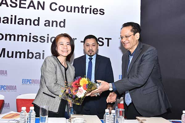 Mr. Anoop Marwaha, Dy. Regional Chairmen (W.R.), EEPC India presenting a bouquet to Ms. Suwimol Tilokruangchai, Executive Director and Consul (Commercial), Thai Trade Centre, Royal Thai Consulate-Mumbai