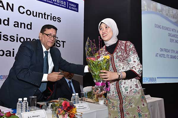 Mr. K. L. Dhingra, Regional Chairman (W.R.), EEPC India presenting a bouquet to Ms. Siti Fatimah, Vice Consul (Economics), Consulate General of the Republic of Indonesia, Mumbai