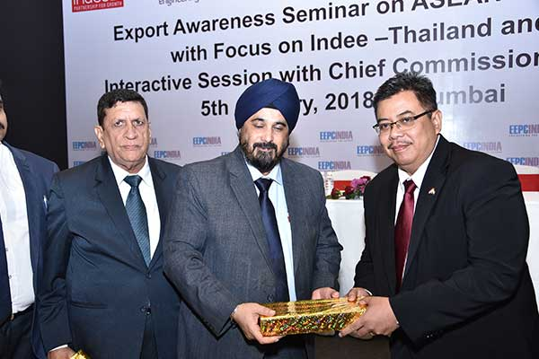 Mr. T. S. Bhasin, Immediate Past Chairman, EEPC India presenting a memento to Mr. Yadi Suriahadi, Consul (Economics), Consulate General of the Republic of Indonesia, Mumbai