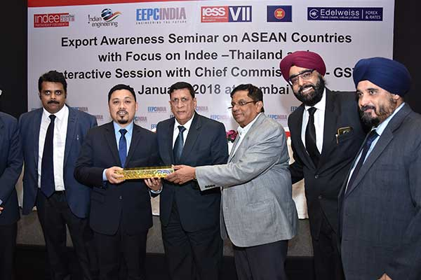 Mr. C. D. Shah, Working Committee Member, EEPC India presenting a memento to Mr. Mazlan Harun, Trade Commissioner, Malaysia External Trade Development Corporation, Consulate General of Malaysia, (Matrade), Mumbai
