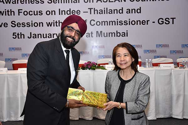 Mr. Harjeev Anand, Regional Committee Member (W.R.), EEPC India presenting a memento to Ms. Suwimol Tilokruangchai, Executive Director and Consul (Commercial), Thai Trade Centre, Royal Thai Consulate-Mumbai