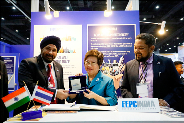 Mr T S Bhasin, Immediate Past Chairman, EEPC India presenting a memento to Ms. Nisakorn Jungjaroentham, Deputy Permanent Secretary,  Ministry of Industry, Government of Thailand