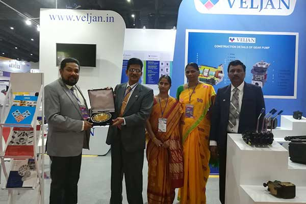 Mr Bhaskar Sarkar, Executive Director & Secretary, EEPC India presenting the Best Pavilion Award  under Large Enterprises category to Veljan