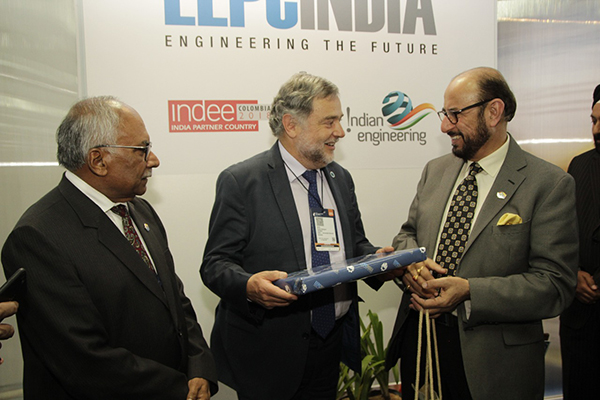 Mr Ravi Sehgal, Chairman, EEPC India  presenting mementos to VIP visitors from Colombia