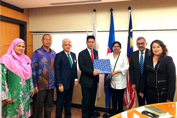 Ms Anima Pandey, Regional Director ( ER) & Director ( Membership) , EEPC India  presenting  memento to Dr. Mohd Shahreen Madros, CEO, MATRADE. and Mr Sooraj Dhawan, Director, Falcon Exhibitions Pvt Ltd ( on the left of Ms Pandey)