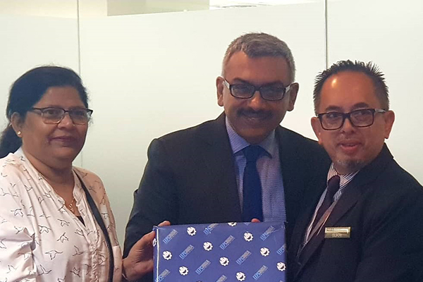 Ms Anima Pandey, Regional Director ( ER) & Director ( Membership) , EEPC India  and Mr Sooraj Dhawan, Director, Falcon Exhibitions Pvt Ltd presenting memento to Sr Deputy Director, MIDA (The Malaysian Investment Development Authority, is the government`s principal agency)