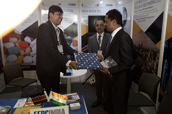 Memento  being handed over to Dy High Commissioner,Indian High Commission in Nairobi,  Kenya, Mr Rajesh Swami , by Mr. Joy Chatterjee, Sr Executive Officer, EEPC India.