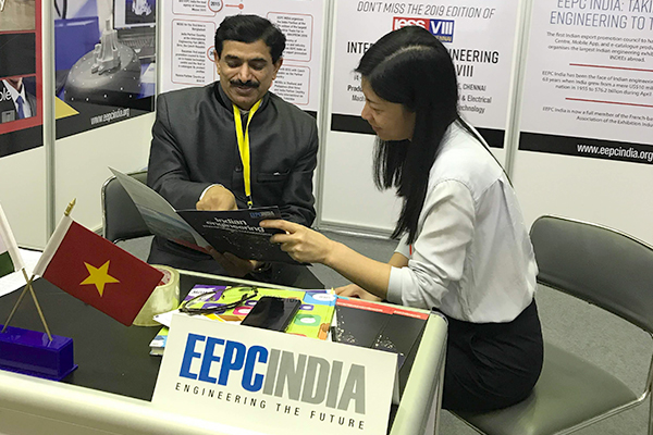 Mr Nishikant Jumde, Sr Joint Director, EEPC India, New Delhi explaining EEPC activities and IESS promotion to the prominent visitors