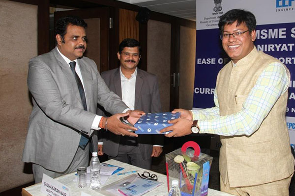 Mr. Rajat Srivastava, Regional Director (WR) & Director (Marketing & Sales), EEPC India presenting a memento to Dr Ashis K Dash, Dy. DGFT