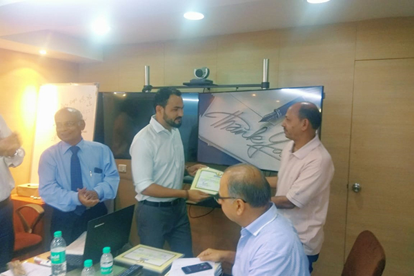 Mr Anil Rawat, Sr. Assistant, EEPC India, Regional Office, Mumbai distributing certificates to the participants