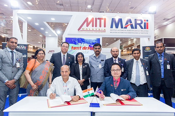 Signing of MoU by (front row left) Mr. Suresh Narayan Thakur, Managing Director, Aditiyapur Auto Cluster and Dato' Madani Sahari, CEO, Malaysia Automotive Robotics & IoT Institute (MARii) (front row right) in presence of Mr. Ravi Kumar, Secretary, Department of Industries Govt. of Jharkhand (4th from right second row) ; (on his right) Datuk K. Talagavathi, Deputy Secretary General, Ministry of International  Trade & Industry, Govt. of Malaysia; H.E. Dato Hidayat Abdul Hamid, High Commissioner of  Malaysia; (on Mr Ravi Kumar's  left)  Mr Ravi Sehgal, Chairman, EEPC India; Mr. Suranjan Gupta, Executive Director, EEPC India and (second from left in second row); Ms. Anima Pandey, Regional Director (ER) & Director (Membership), EEPC India  and Mr Kousik Bhattacharjee, Executive Officer (far right - second row)  and Mr Varun Chulate, Senior Executive Officer, EEPC India (far left - second row)