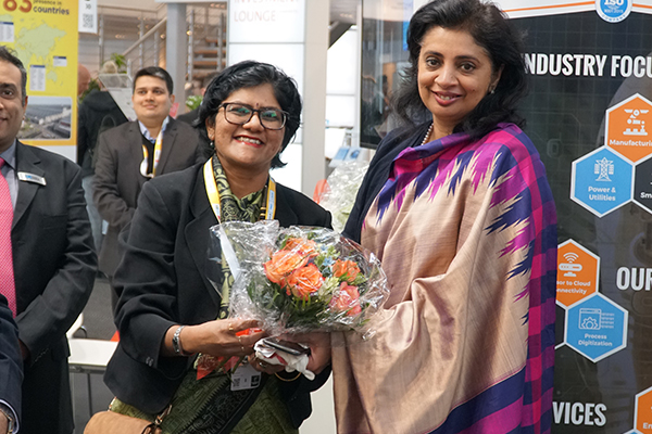 Ms Pallavi Saha, Sr Deputy Director presenting bouquet to Ms. Sukriti Likhi, Joint Secretary, DHI(Department of Heavy Industry), Government of India
