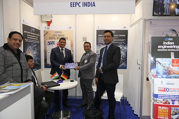 Mr Mukesh Samtani, Assistant Director, EEPC India presenting a memento to Mr M L Raigar, Consulate General of India in Hamburg