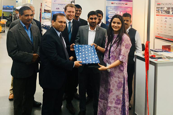 Mr Sugandh Rajaram, Consul General at Consulate General of India in Munich, Germany receiving a memento from Ms. Palak Singh, Sr. Executive Officer, EEPC India.