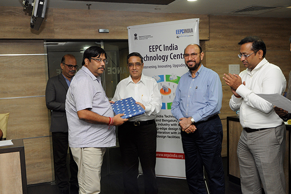 Mr Sanjay Bhattacharya,Deputy Controller of Patents and Design, Kolkata Patent Office receiving memento from Arun Kumar Garodia, Vice Chairman, EEPC India