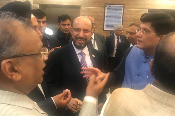 EEPC India`s Past Chairmen Mr P K Shah (left) and Mr Aman Chadha (2nd from left) and Chairman Mr Ravi Sehgal are interacting with Mr Piyush Goyal, Hon`ble Minister for Commerce & Industry, Government of India