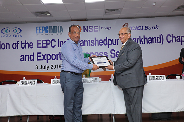 Mr Inder Agarwal, Convener, Jamshedpur (Jharkhand) Chapter, EEPC India  receiving plaque  from Mr B D Agarwal, Regional Chairman (ER), EEPC India