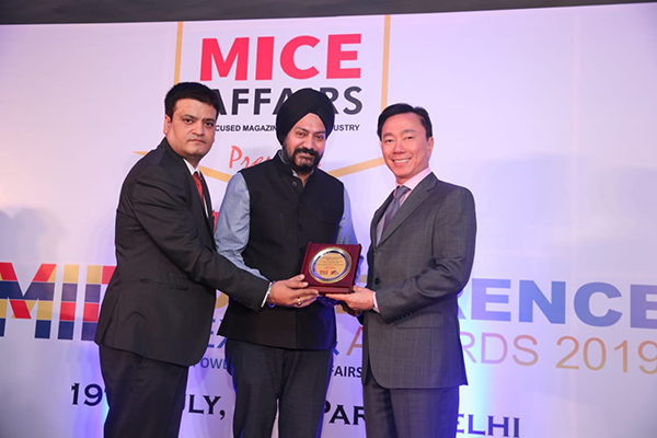 EEPC India represented by Director (Exhibitions), Mr Gurvinder Singh received  the Top Ten Exhibitor Promoter Trade Associations Awards under the Outstanding Association Awards 2018-19 category  at the Mice Conference Expo and Awards 2019 powered by Mice Affairs Magazine. Ambassador of Vietnam to India, Nepal & Bhutan Mr Pham Sanh Chau was presenting the awards
