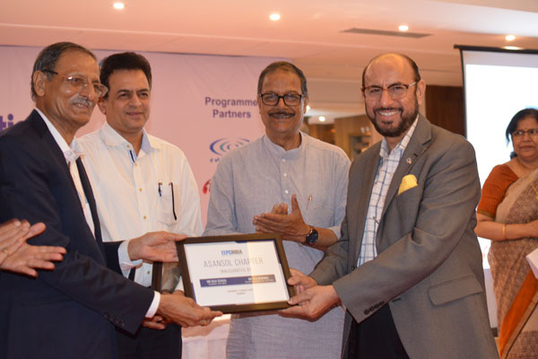 Mr L P Gupta receiving the Chapter Plaque from Mr. Ravi Sehgal, Chairman, EEPC India while Ms Anima Pandey, Regional Director (ER) and Director (Membership), EEPC India is looking (extreme right).