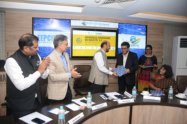 Mr Ravi Sehgal, Chairman, EEPC India presenting the memento to Mr Purnendu Sinha, FIE, Tata Sons Group Technology & Innovation Office