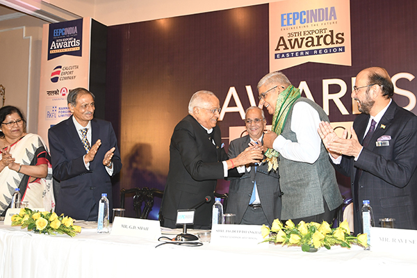 Mr G D Shah, Former Chairman, EEPC India presenting Uttariya to H.E. Mr Jagdeep Dhankhar, Hon`ble Governor of West Bengal.