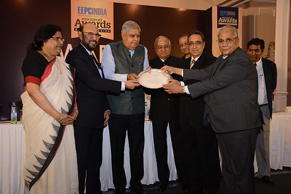 H.E. Mr Jagdeep Dhankhar, Hon`ble Governor of West Bengal with the memento from EEPC India.