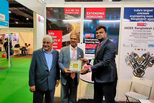 Mr Mridul Kumar, Indian High Commissioner to Malaysia (middle) is taking memento from Mr V Kumar, Asstt. Director, EEPC India. The Co-Chairman, ASEAN India Business Council, Dato` Ramesh Kodammal is seen (right).
