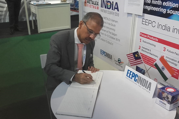 Mr Mridul Kumar, Indian High Commissioner to Malaysia is signing the Visitors` Book.