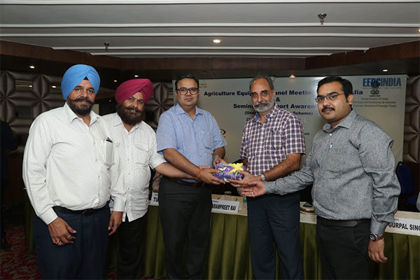 Mr Tushar Jain, Panel Convenor, Agri Machinery, EEPC India (far right) and Mr Rakesh Suraj, Regional Director (NR), EEPC India (third from left) presenting a memento to Mr M S Dhillon, Addl DGFT.  Mr Baldev Singh, Chairman, AMMA INDIA (far left) and Mr Harmel Singh, President, PSAIMA (2nd from left) are seen.