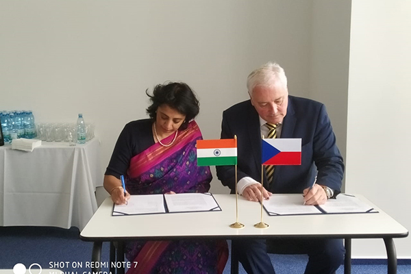 Signing of the minutes of  the 6th meeting of Indo Czech JWG in Heavy Engineering & Advanced Manufacturing with  Chairs Department of Heavy Industry, Government of India , Joint Secretary,Ms Sukriti Likhi   & Ministry of Industry & Trade of Czech Republic,Senior Director General, Mr. Richard Hlavaty