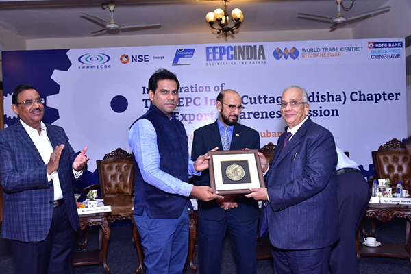 Dr N B Jawale, ED, IPICOL  (Industrial Promotion and Investment Corporation of Odisha Ltd),  EEPC India is being felicitated by  Mr B D Agarwal, Regional Chairman (ER), EEPC India
