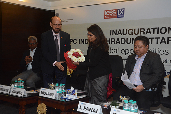 Mr Ravi Sehgal, Chairman, EEPC India welcoming  Ms Manisha Panwar, IAS, Principal Secretary Industries,  Government of Uttarakhand with a bouquet
