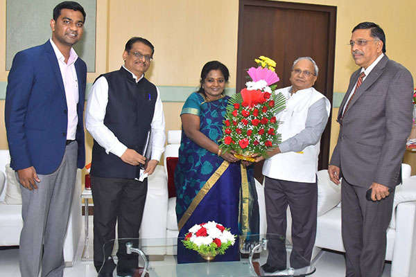 EEPC India Sr Vice Chairman, Mr Mahesh K Desai (2nd from right) is presenting a flower bouquet to the Governor of Telangana H.E. Ms Tamilisai Soundarajan during his visit to the Raj Bhawan at Hyderabad, Telangana along with  Mr D Narayana Rao, Dy Regional Chairman (SR) (extreme right); Mr C H Nadiger, Regional Director (SR) (2nd from left) and Mr V C Ravish, Assistant Director (extreme left) all from  EEPC India.