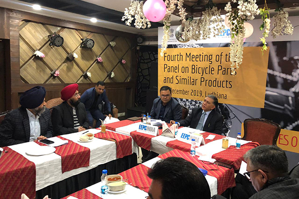 Mr Pradeep Kr Aggarwal, Dy Regional Chairman (NR), EEPC India (on the head table - Middle) is interacting with the Panel Members at the meeting. To his right  Mr Rakesh Suraj, Regional Director (NR) EEPC India is seen.