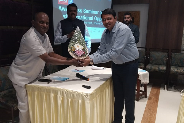 Mr. Rao welcoming Mr.P C Shah (Working Committee Member, EEPC India) at the seminar.